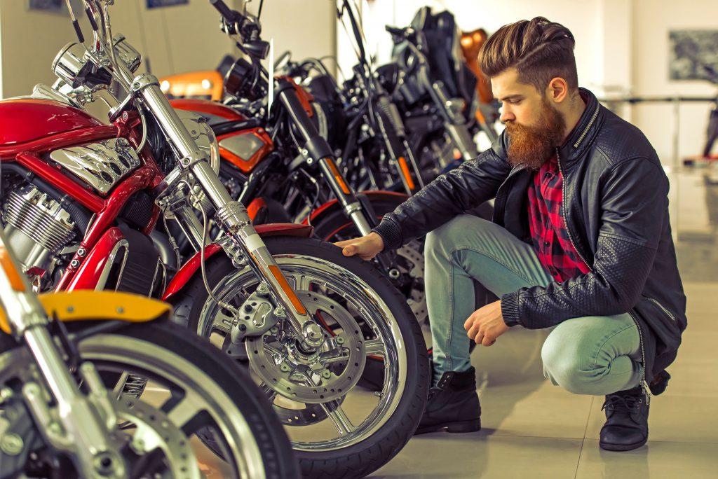 Wer sich für ein gebrauchtes Motorrad interessiert, sollte die Maschine vor der Kaufentscheidung gründlich unter die Lupe nehmen. Foto: djd/motorradreifendirekt.de/123RF
